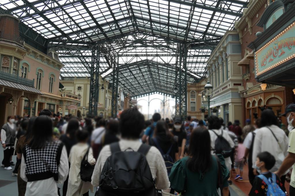 1万人のディズニーランドの混雑状況と待ち時間などをレポ!開園待ちや入園時間も解説